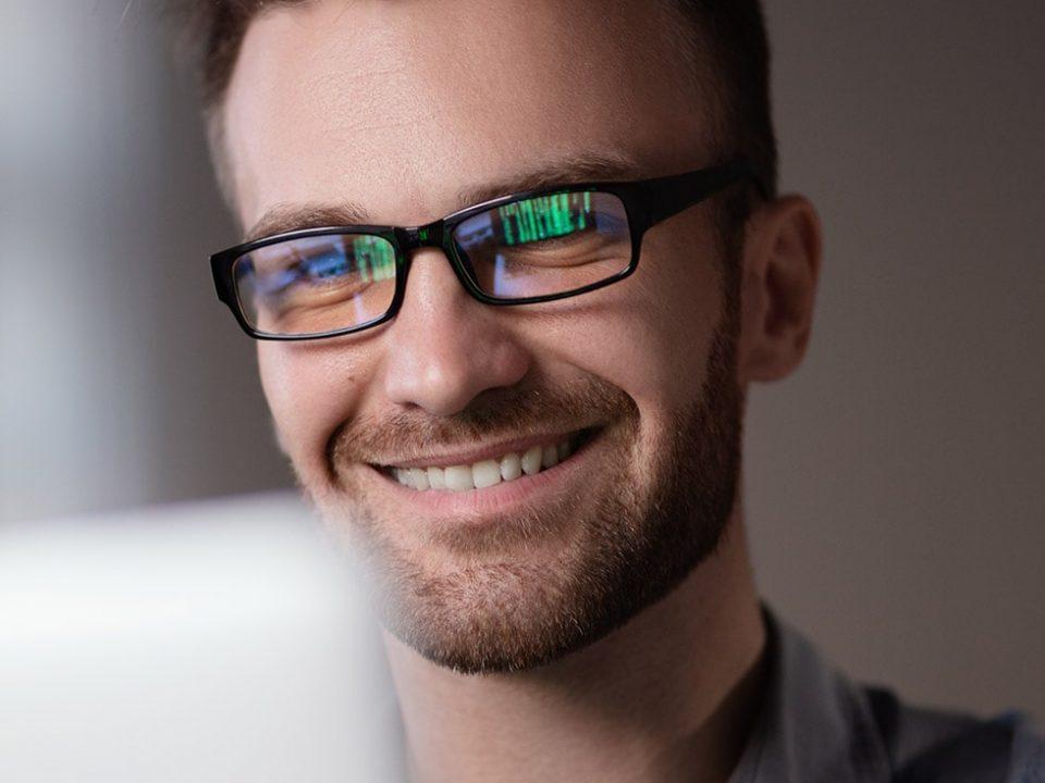 Occhiali contro la luce blu: come proteggere i tuoi occhi