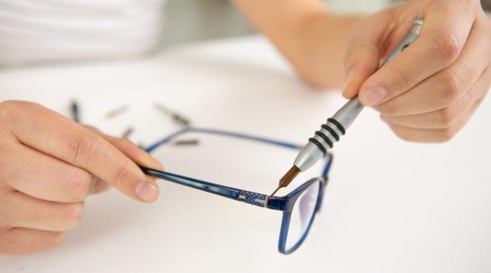 No al fai-da-te per riparare le stanghette degli occhiali