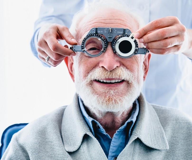 anziano signore che si sottopone a controllo visivo per miopia presbiopia