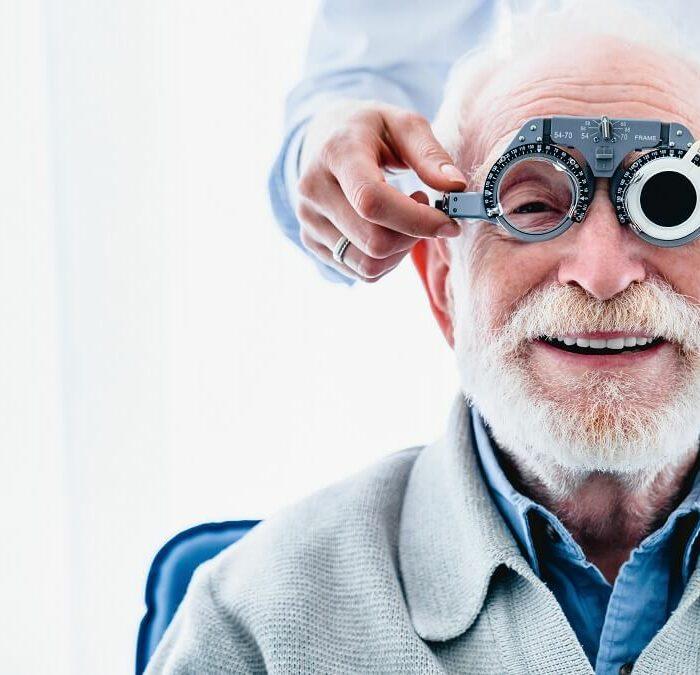 signore si sottopone a controllo visivo