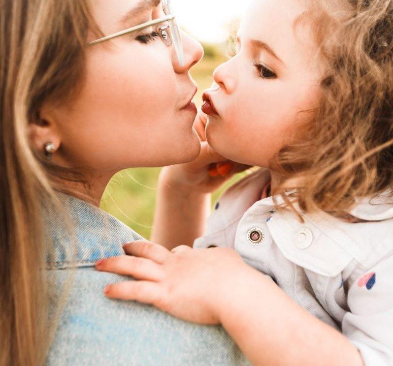 madre e figlia che si baciano