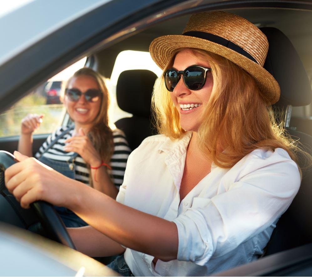 amiche in macchina con occhiali da sole