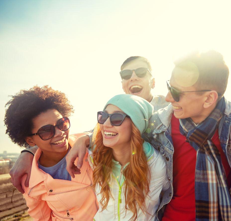 comitiva di amici con occhiali da sole