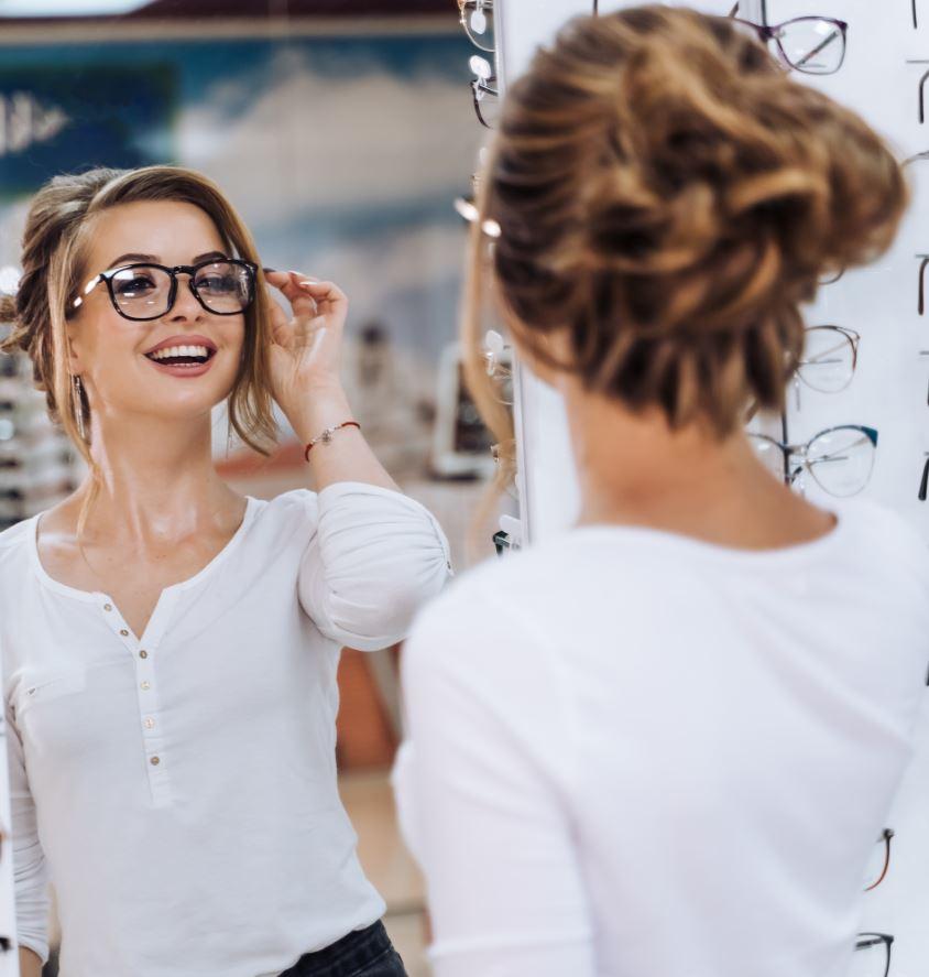 ragazza con indosso occhiali da vista