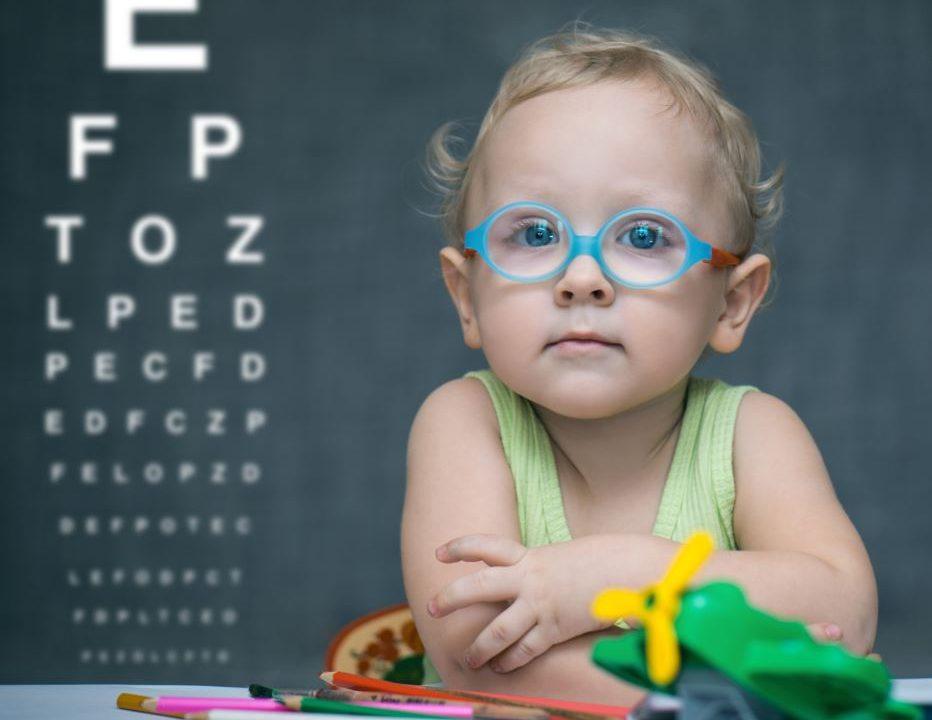 bambino con occhiali affetto da miopia
