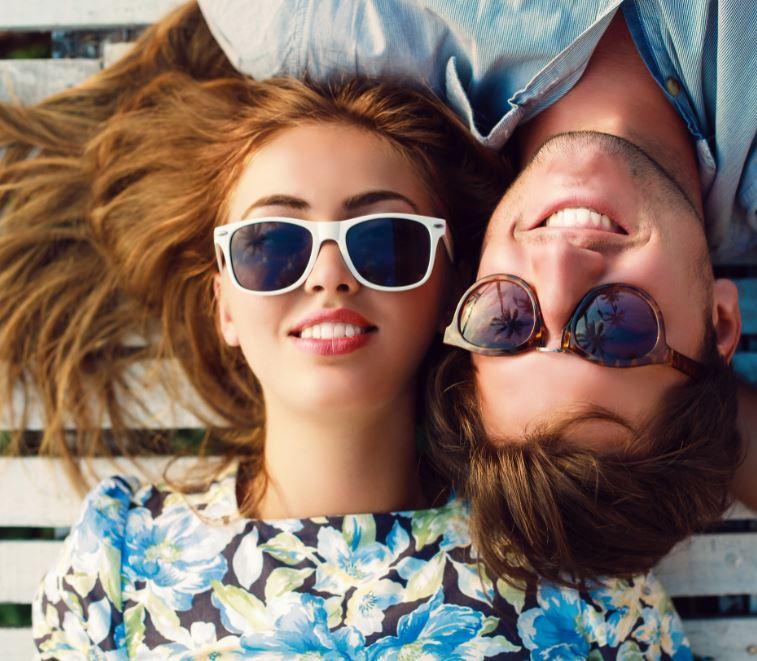 coppia ragazzo e ragazza con occhiali da sole personalizzati